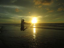 Salto do por do sol fotos de stock
