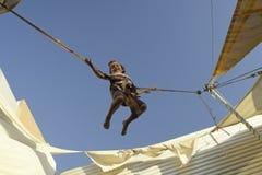 Salto do tirante com mola Fotos de Stock Royalty Free