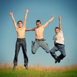 Salto dos meninos de Tennage Fotografia de Stock Royalty Free