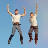 Salto dos meninos de Tennage Fotografia de Stock