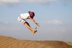 Salto e divertimento nelle dune del deserto Fotografia Stock