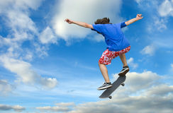 Salto elevado do skater Imagens de Stock Royalty Free