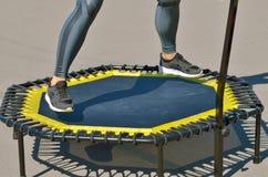Salto em um trampolim elástico foto de stock royalty free