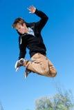 Salto enérgico del muchacho. fotografía de archivo libre de regalías