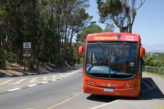 Salto-en, autobús rojo de visita turístico de excursión de la ciudad del salto-apagado Imagen de archivo libre de regalías
