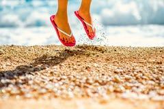 Salto en deslizadores en la playa imagen de archivo