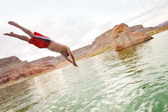 Salto en el agua y el jugar en el lago Imagen de archivo libre de regalías