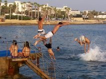 salto en el mar mediteranian imagen de archivo