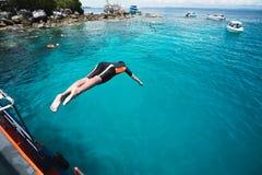 Salto en el océano imagenes de archivo