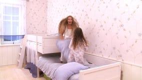 Salto en la cama almacen de metraje de vídeo