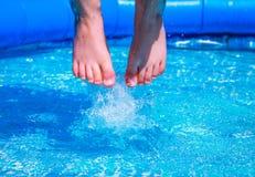 Salto en la piscina fotografía de archivo libre de regalías