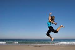Salto en la playa Imagen de archivo libre de regalías