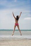 Salto en la playa fotografía de archivo libre de regalías