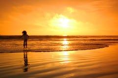 Salto en la puesta del sol Fotos de archivo libres de regalías