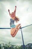 Salto en un trampolín Imagen de archivo libre de regalías