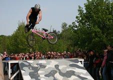Salto en una bici Fotos de archivo