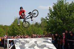 Salto en una bici Fotos de archivo libres de regalías