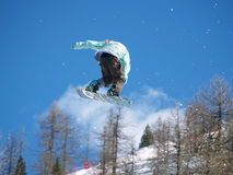Salto estremo con lo snowboard Fotografie Stock
