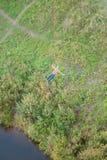 Salto estremo dal ponte L'uomo salta sorprendente rapidamente in bungee jumping al parco del cielo esplora il divertimento estrem fotografia stock