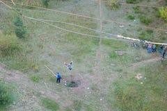 Salto extremo del puente El hombre salta en el amortiguador auxiliar que salta en el parque del cielo explora asombrosamente r?pi imagenes de archivo