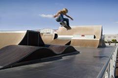 Salto extremo do skater Fotografia de Stock Royalty Free