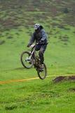 Salto extremo na raça em declive Fotos de Stock Royalty Free