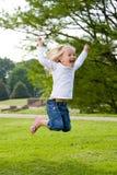 Salto felice Fotografie Stock