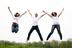 salto felice degli amici Fotografia Stock