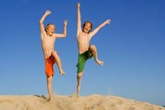 Salto felice dei bambini o dei bambini Fotografia Stock