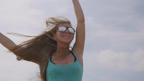 Salto felice della donna stock footage