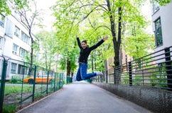Salto felice della donna Fotografie Stock Libere da Diritti