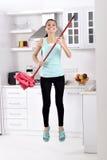 Salto felice della donna di pulizia Immagine Stock