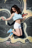 Salto felice della giovane donna fotografia stock libera da diritti