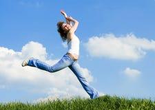 Salto felice della giovane donna Fotografie Stock Libere da Diritti