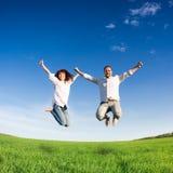 Salto felice delle coppie Fotografia Stock