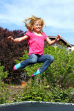 Salto feliz da menina foto de stock royalty free