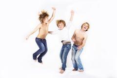 Salto feliz das crianças fotos de stock