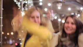 Salto feliz de duas jovens mulheres alegre na reunião vídeos de arquivo