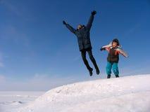 Salto feliz de la familia Foto de archivo