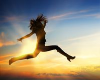 Salto feliz de la mujer fotografía de archivo libre de regalías