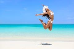 Salto feliz de la mujer de la playa del éxito de la pérdida de peso Imagenes de archivo
