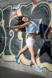 Salto feliz de la mujer joven imagen de archivo