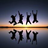 Salto feliz de los amigos al aire libre Foto de archivo