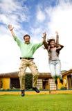 Salto feliz de los pares de la alegría Imagen de archivo libre de regalías