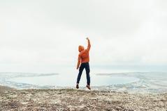 Salto feliz del individuo del viajero al aire libre fotografía de archivo