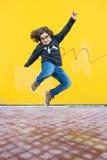 Salto feliz del muchacho Foto de archivo