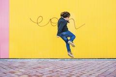 Salto feliz del muchacho Fotografía de archivo
