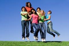 Salto feliz do grupo juvenil fotografia de stock