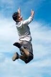 Salto feliz do indivíduo Foto de Stock