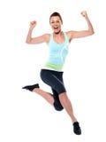 Salto feliz do sportswear da mulher foto de stock royalty free